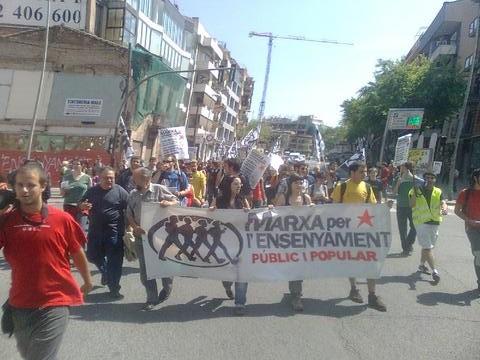 Capçalera de la Marxa per l'Ensenyament  públic i popular de camí cap a Barcelona