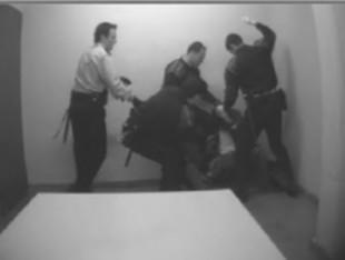 Tres Mossos torturant un detingut lligat