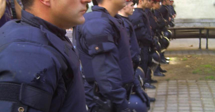 Un fort desplegament dels Mossos d'Esquadra barra el pas a la concentració contra la visita dels prínceps espanyols