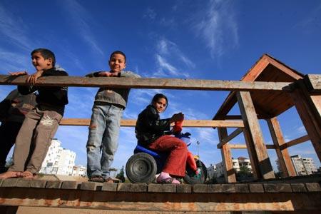 Nens jugant al Parc de Barcelona, a Gaza, poc abans que l'exèrcit israelià el destruís