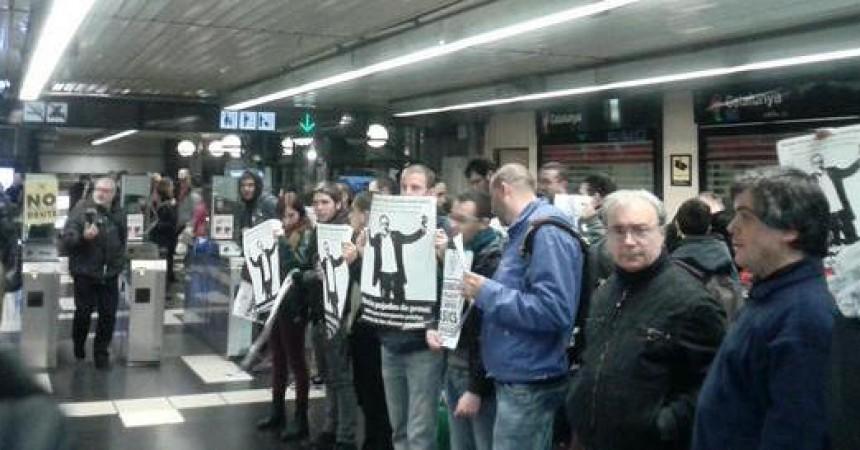 Centenars de persones es neguen a pagar al Metro de Barcelona en una acció contra l'augment de preus