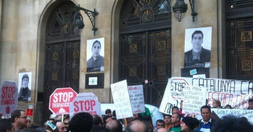 La PAH protesta davant CatalunyaBank pels desnonaments