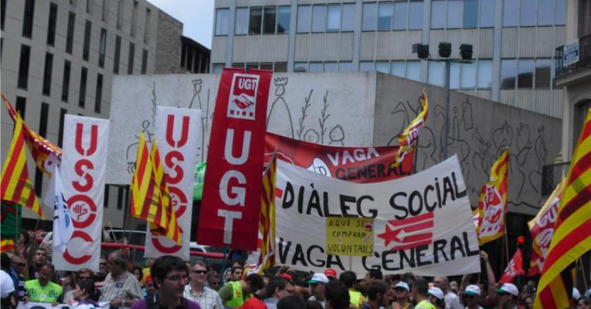 Fotografies de les pancartes desplegades per l'EI a la manifestació dels sindicats majoritaris a Barcelona