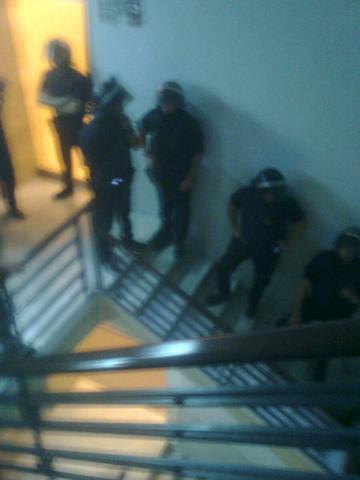 Policies antiavalots dins la seu de Foment del Treball per l'ocupació que han fet quaranta persones
