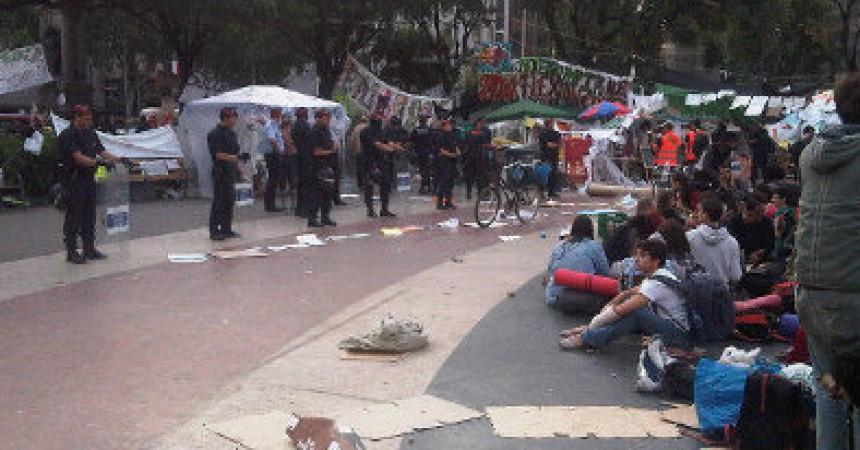 Mossos i Guàrdia Urbana han encerclat l'acampada de plaça Catalunya per desallotjar-la aquest matí