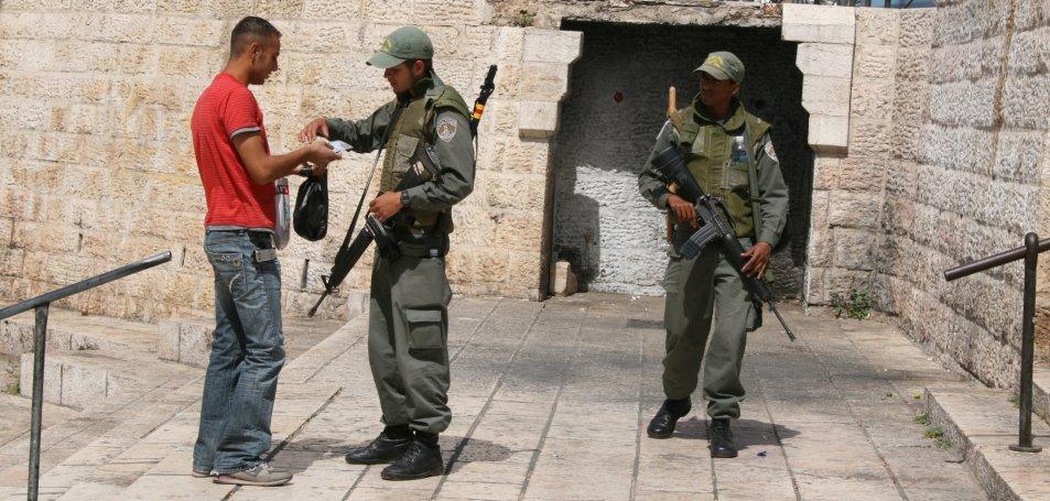 Control a la Porta de Damàsc. Foto: Marcel Masferrer