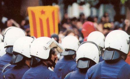 Lluita al carrer arran de la desfilada de l'exèrcit espanyol a Barcelona l'any 1999