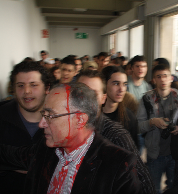 Salvador Cardús, degà la facultat, tacat de pintura