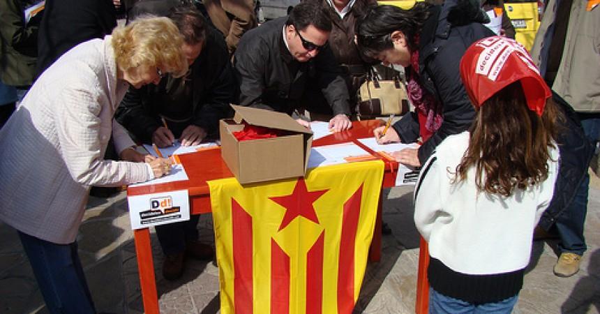 Dotze penedesencs, imputats de delicte electoral per recollir signatures a favor del dret de decidir