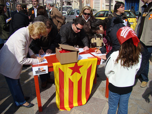 Recollida de signatura a Vilafranca del Penedès. FOTO: Jordi Salvia