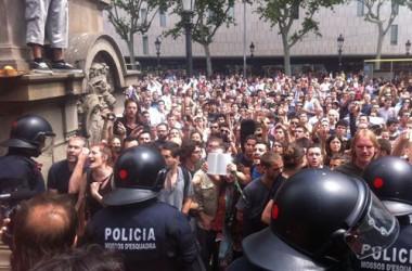 La multitud recupera la plaça Catalunya i en fa fora els Mossos
