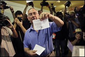 El primer elector aquest matí a Arenys de Munt. Foto: Oriol Clavera