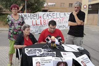 Roda de premsa de familiars i amics d'Amadeu Casellas quan estava en vaga de fam l'agost de 2008