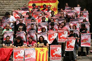 Roda de premsa a la plaça del Rei de militants de l'esquerra independentista
