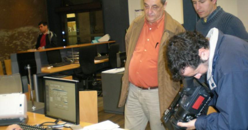 Sindicalistes lliuren signatures de suport a en Karim a l'Ajuntament de Vilanova