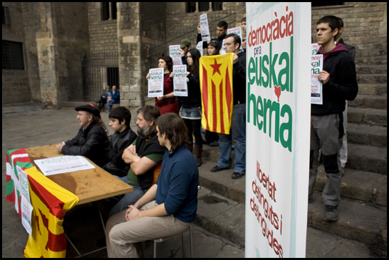 Roda de premsa de suport als 34 joves bascos detinguts. FOTO: L'ACCENT