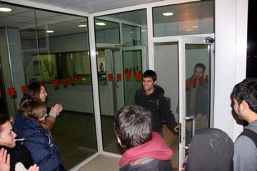 Moment en què l'estudiant detingut surt de comissaria. FOTO: MARC MIRAS