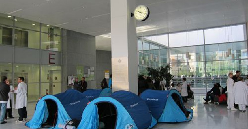Tancament indefinit a l'hospital de Sant Pau contra la retallada de sous
