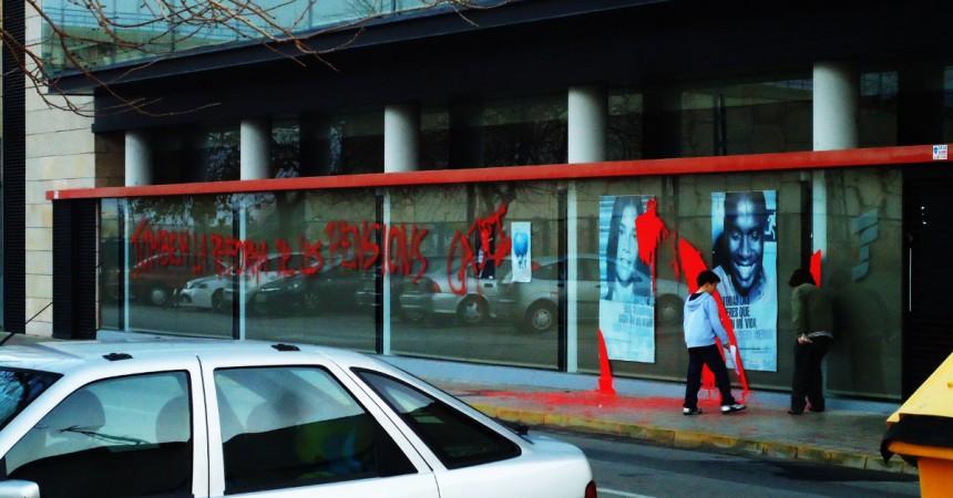 Llencen pintura a l'edifici de la Seguretat Social de Sueca en protesta per la retallada de les pensions