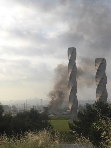 Columna de fum que es veu des del campus del tall amb pneumàtics amb foc que s'ha fet de l'autopista B30: