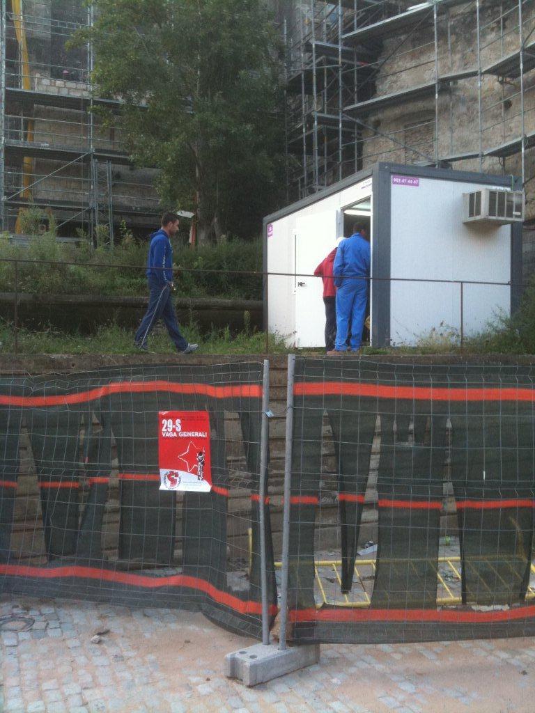 treballadors de comsa dient al seu encarregat que fan vaga