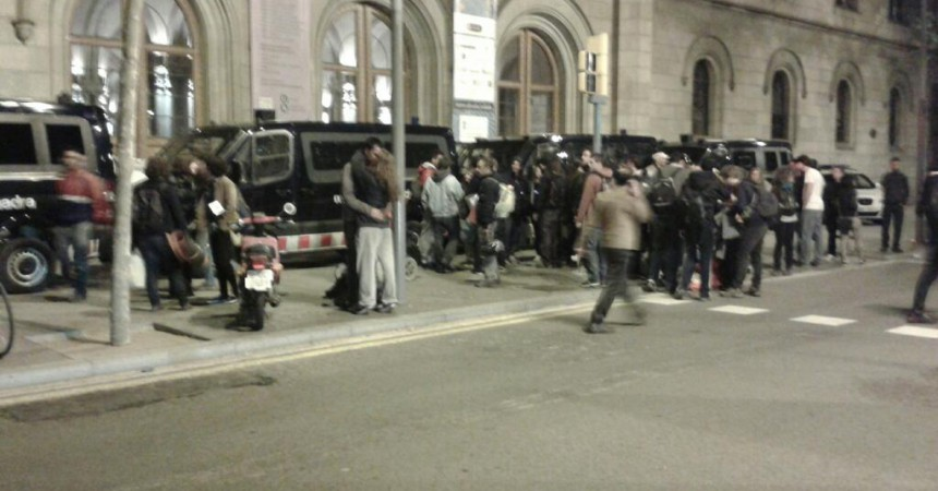 Els mossos desallotgen amb violència els professors i estudiants del rectorat de la UB
