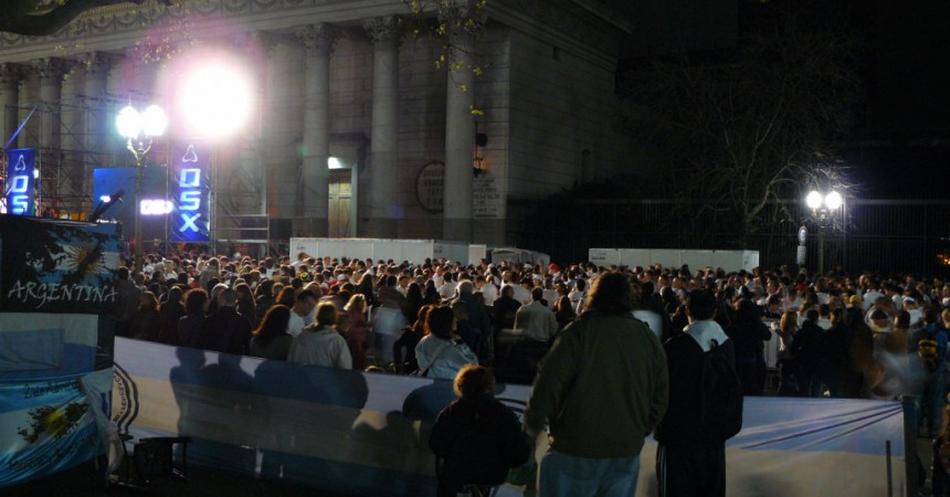 El campament dels veterans de la Plaza de Mayo, dempeus 5 anys després
