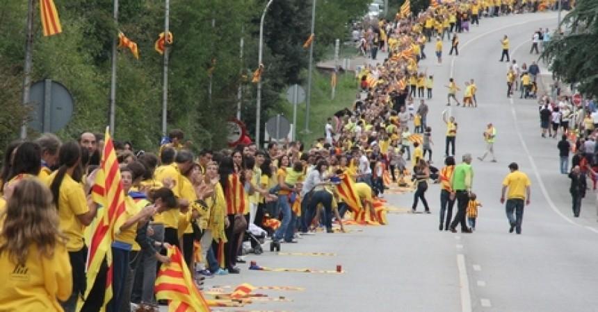 Una gegantina cadena humana per la independència reclama la consulta el 2014