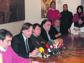 El tripartit vigatà defensa la proposta, mentre el líder de la PxC s'ho mira des del fons (de peu, vestit de color fosc)