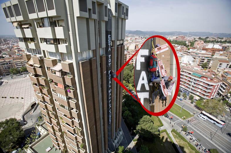 3 activistes a la torre del Pont d'Esplugues