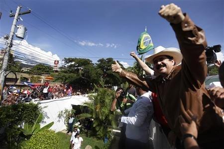 Zelaya saluda des de l'ambaixada del Brasil a Tegucigalpa hondurenys que li han anat a donar la benvinguda