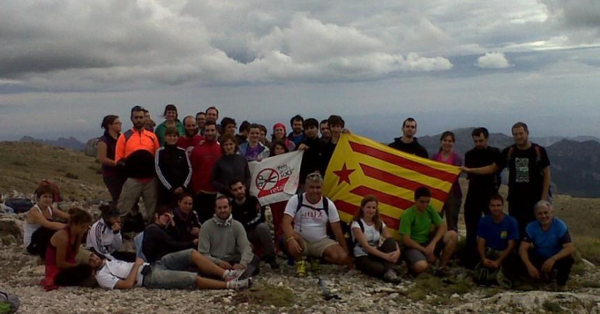 L'estelada ascendeix al cim d'Aitana davant la presència de l'exèrcit espanyol