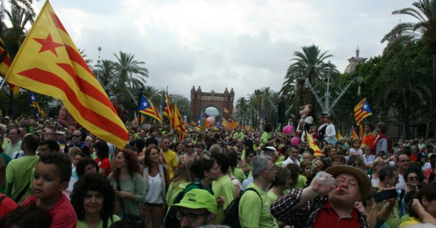 Milers de persones demanen insubmissió a la LOMQUE en una massiva marxa a Barcelona