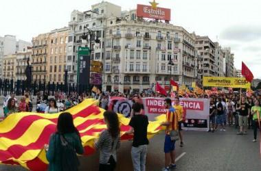 Milers de persones es manifesten a València pel 9 d'Octubre (+ galeria d'imatges)