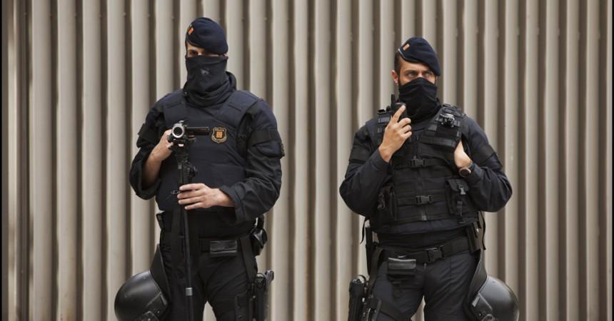 Encausats per la lluita contra el Pla Caufec i membres de gurp de suport, s'encadenen a dos bidons de ciment a les portes del Departament d'Interior. Contra el judici en que 6 ve•ns d'Esplugues de Llobregat s'enfronten a penes de mŽs de 2 anys de pres—. #NiMutsNiALaGˆbia