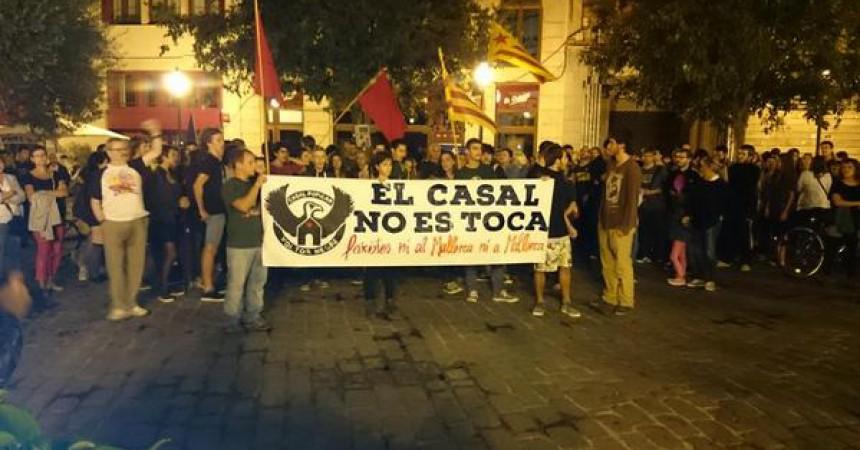 Més de 300 persones a Palma en solidaritat amb el casal atacat per feixistes