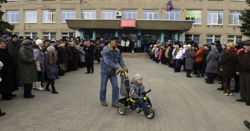 People queue to vote outside polling station in small eastern Ukrainian town of Telmanove, Donetsk region on November 2, 2014. Pro-Russian separatists in eastern Ukraine began voting in controversial leadership elections on Sunday that Kiev and the West have refused to recognise and which threatened to deepen an international crisis over the conflict. The elections in the self-declared Donetsk People's Republic and Lugansk People's Republic, which are based around the two main rebel-held cities, were designed to bring a degree of legitimacy to the makeshift military regimes that already control them. AFP PHOTO/ ALEXANDER KHUDOTEPLY