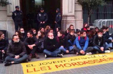 Arran protesta davant la comissaria de policia de Barcelona contra la Llei Mordassa