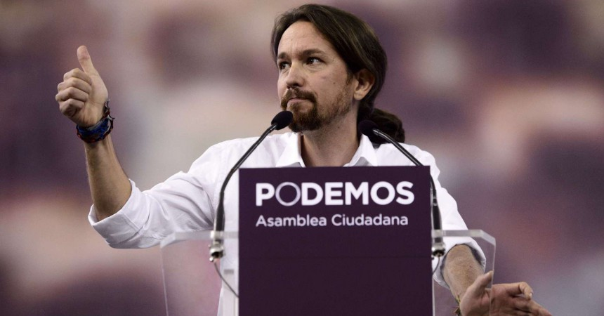 "Pablo Igesias (C), leader of Podemos, a left-wing party that emerged out of the ""Indignants"" movement gives the thumbs up during a speech at a party meeting in Madrid on Octoer 18, 2014.  AFP PHOTO / DANI POZO"