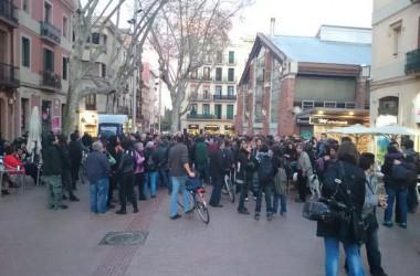 Desenes de persones es manifesten a Barcelona en suport a les detingudes per l'Operació Piñata