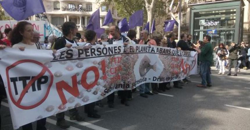 Milers de persones es manifesten contra el TTIP a Barcelona i València