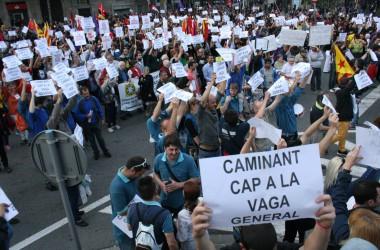 La manifestació anticapitalista de Barcelona clama per la vaga general