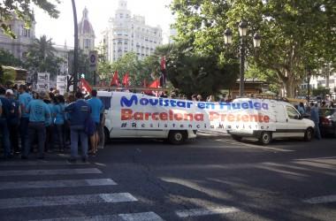 Imatges de la concentració de protesta contra Telefónica-Movistar a València