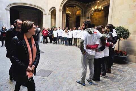 Colau es riu dels socorristes tancats a L'Ajuntament