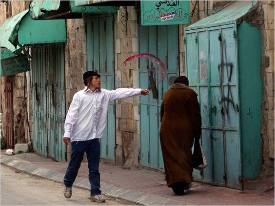 Colon israelià atca una dona a la ciutat vella d'Hebron