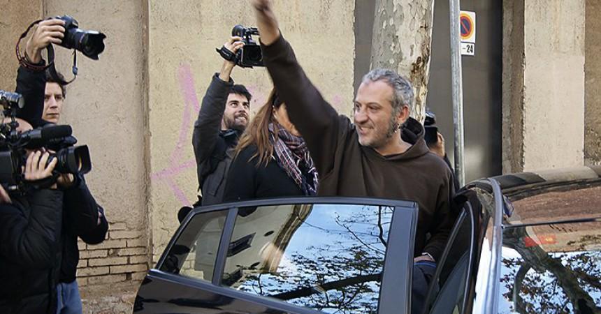 La detenció d'independentistes per cremar fotos del rei encén una onada de suport