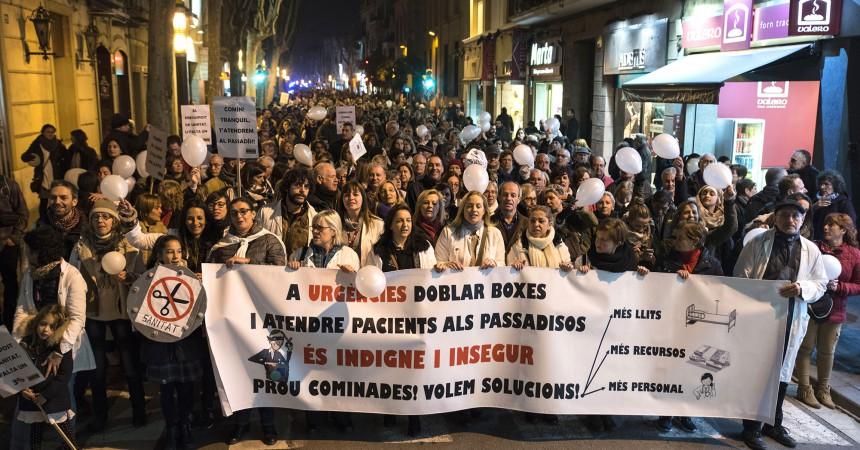 2000 persones es manifesten per denunciar el col·lapse generalitzat al Taulí