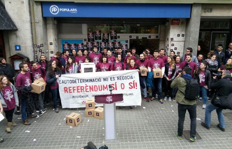 Arran reivindica el referèndum ocupant la seu del PP a Barcelona