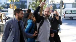 El regidor de la CUP Josep Garganté aixeca el puny davant de la Guàrdia Urbana mentre marxa de la Ciutat de la Justícia després de quedar absolt.
